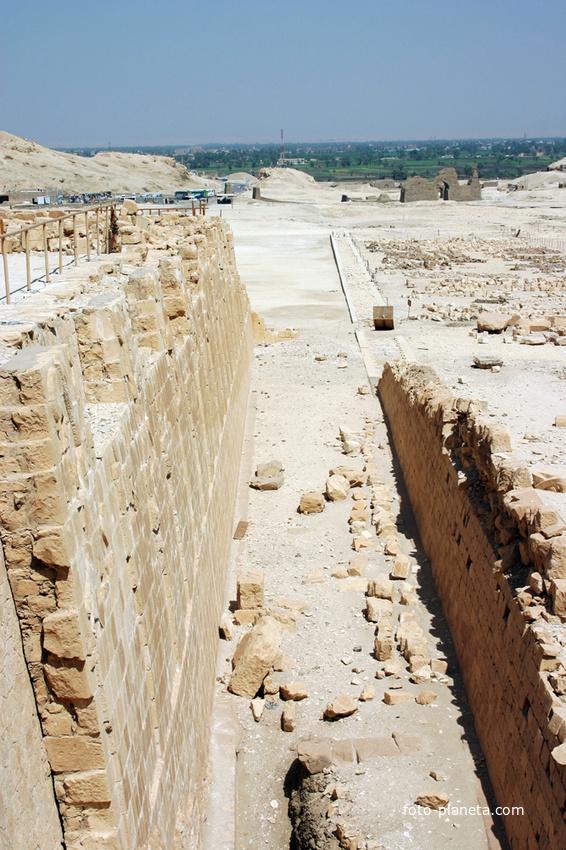 Руины поминального храма фараона Неб-херет-Ра Ментухотепа (11 династия)