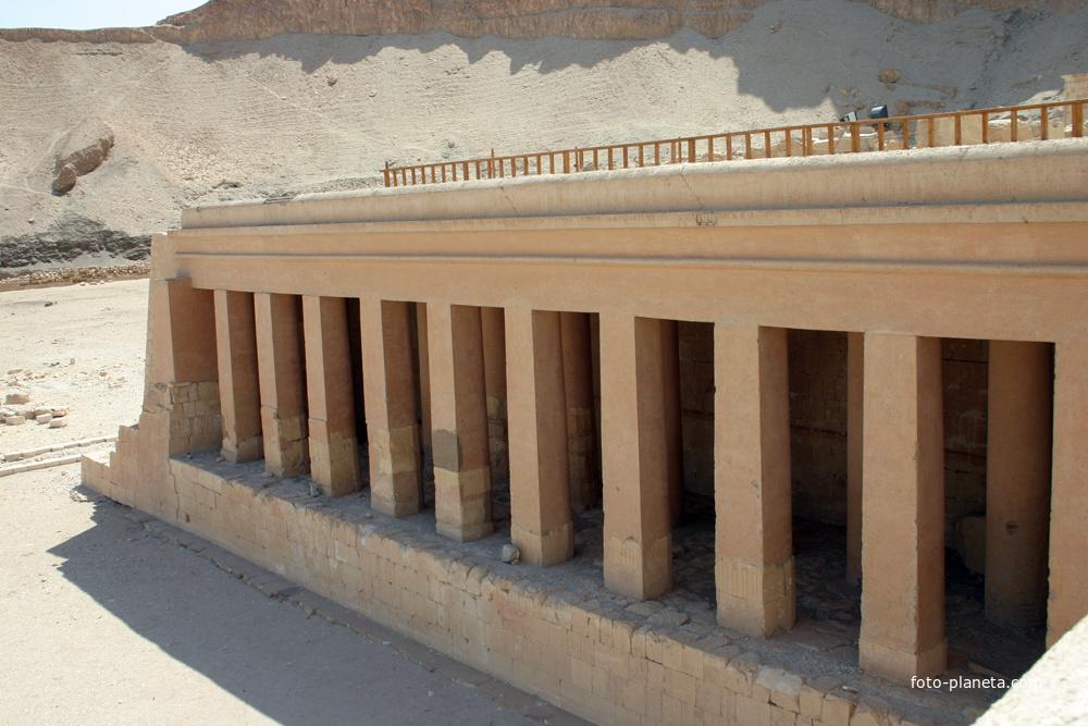 Второй ярус, второй двор, левая сторона храмового комплекса Хатшепсут