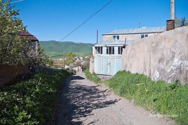 Узенькая сельская улочка