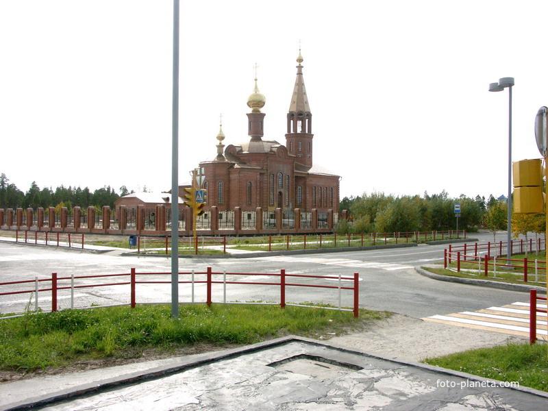 Старая и новая церковь в сентябре 2006г.