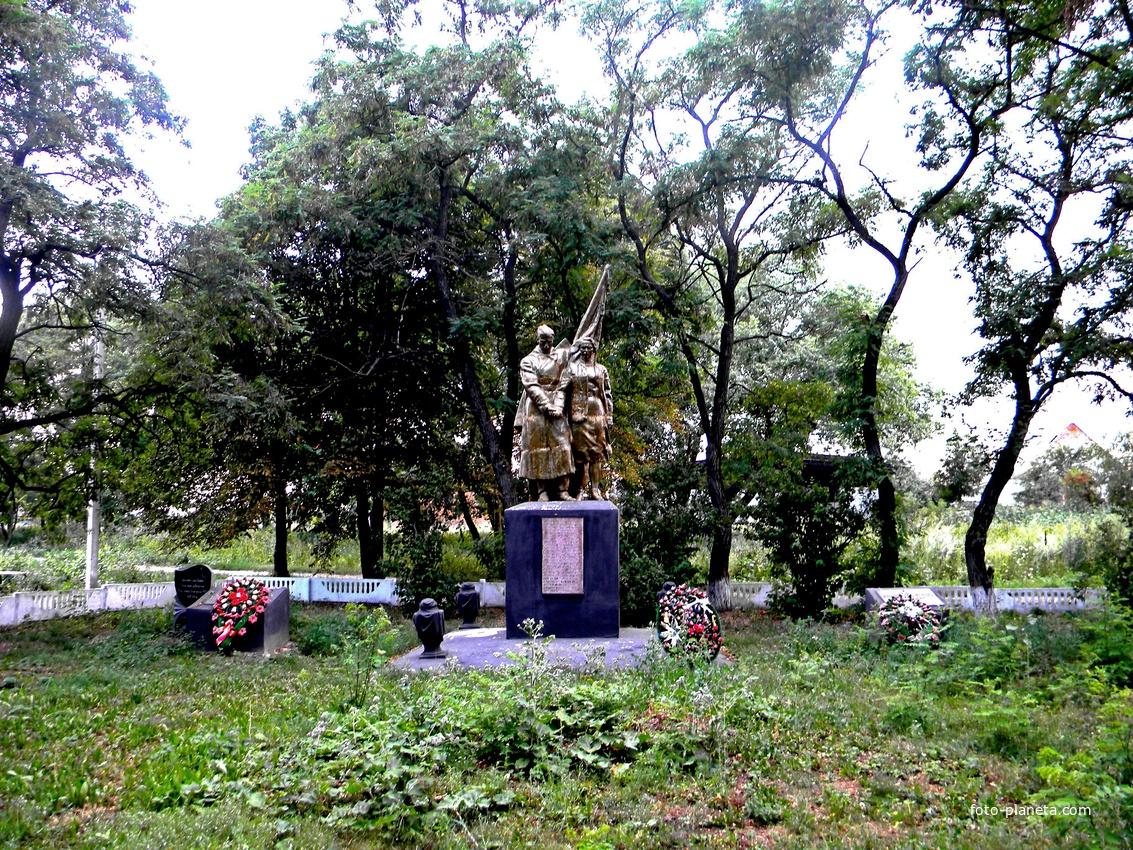 Братская могила 57 советских воинов