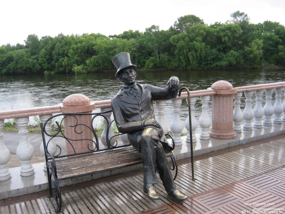 Скульптура на набережной в Биробиджане
