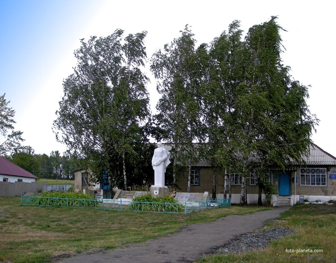 Памятник на братской могиле 28 воинов Советской Армии
