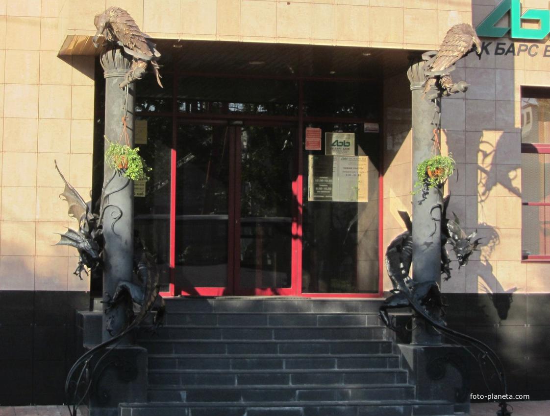 улица Федоровский Ручей, драконы охраняют вход в банк