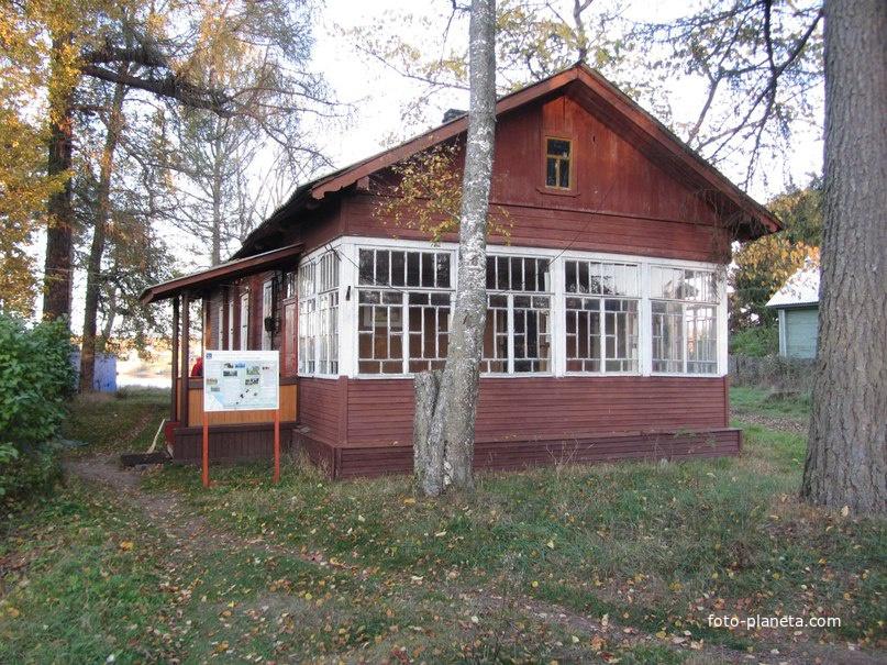 В парке стоит небольшое здание детской библиотеки, известное под именем «домик С.М. Кирова»