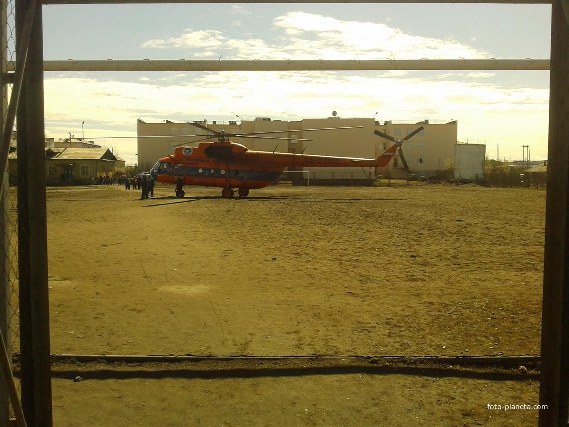 Вертолёт сел на стадион
