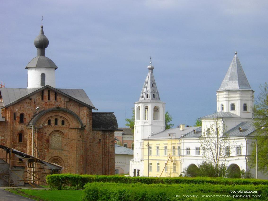 Новгород, церковь Параскевы Пятницы, колокольни Никольского собора и Гостинного двора