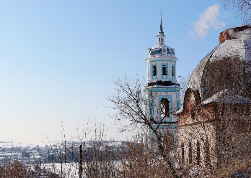 Церковь, вид со стороны банка