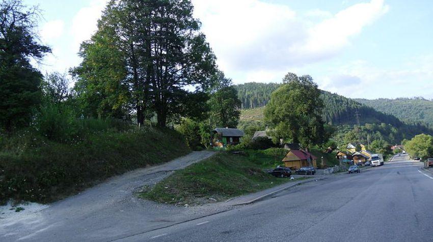 Карпатське село Козьова вздовж шосе M06 в Сколівському районі.