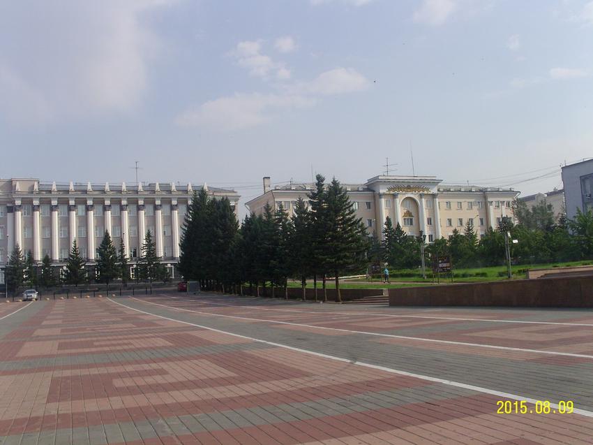 Здание Народного Хурала и администрации Президента Бурятии (слева) и управления ФСБ (справа)