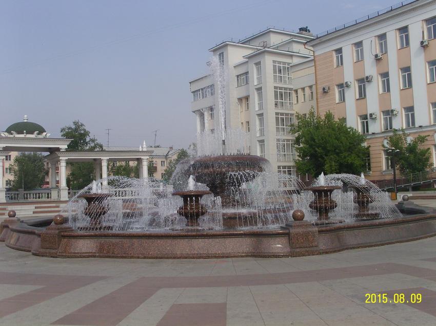Фонтан около Академического театра оперы и балета в Улан-Удэ