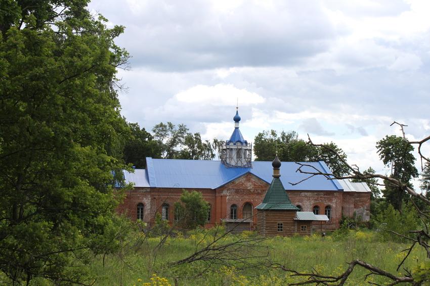 Осовец. Церковь Покрова Пресвятой Богородицы и неизвестная часовня (на переднем плане)