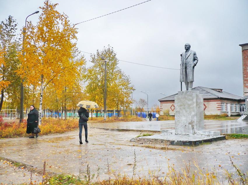 Памятник Ленину возле школы № 1