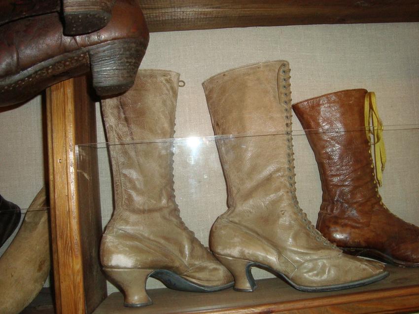 Вот такую обувь носили наши предки.