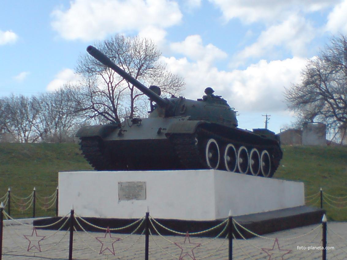 памятник легендарному танкисту Лавриненко