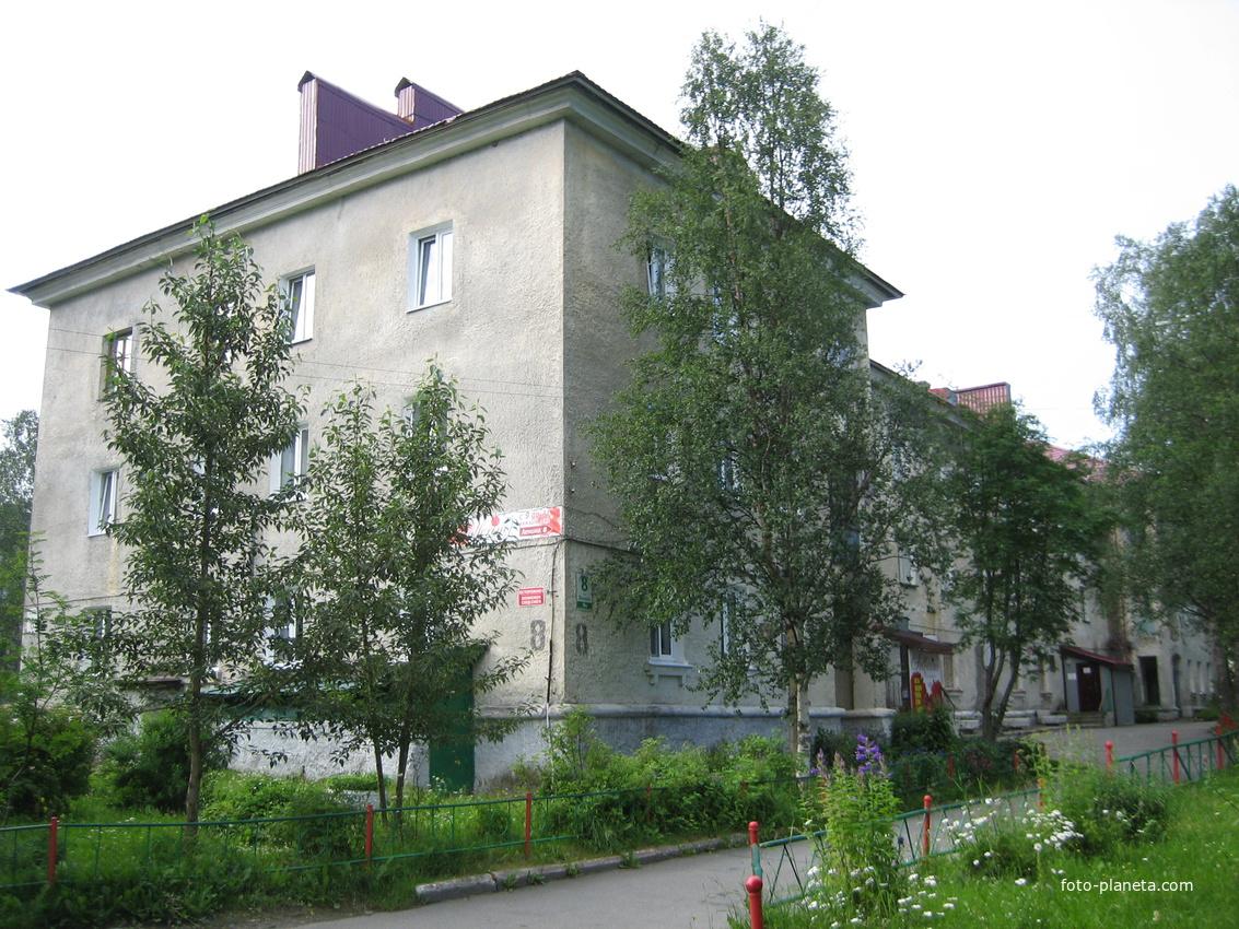 Ленина 8 (первый капитальный дом в Апатитах)