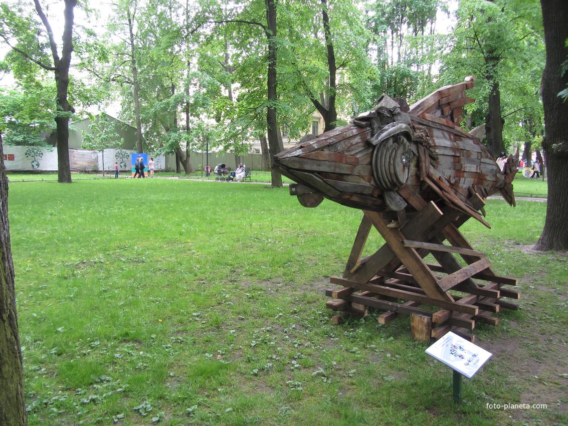 Представленный объект «Рыба» – пример recycle art – искусства из вторично переработанных материалов. В основе объекта – старые доски, фрагменты бочек и кабельных катушек.