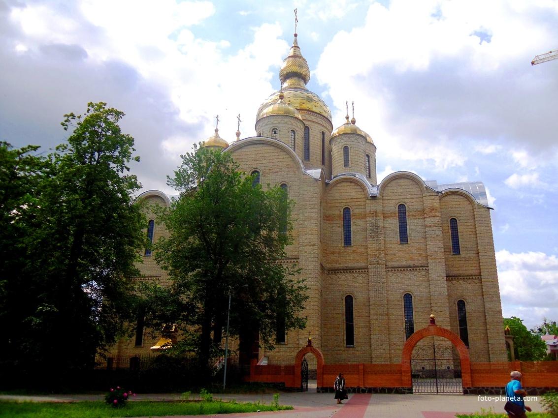 Свято-Михайловский собор,православный собор в Черкассах, являющийся на сегодняшний день самым крупным храмом Украины.