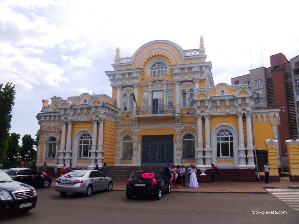 Дворец помещика Щербины XIX век, заработавшего свое состояние на строительстве железной дороги.Сейчас Дворец бракосочетаний.