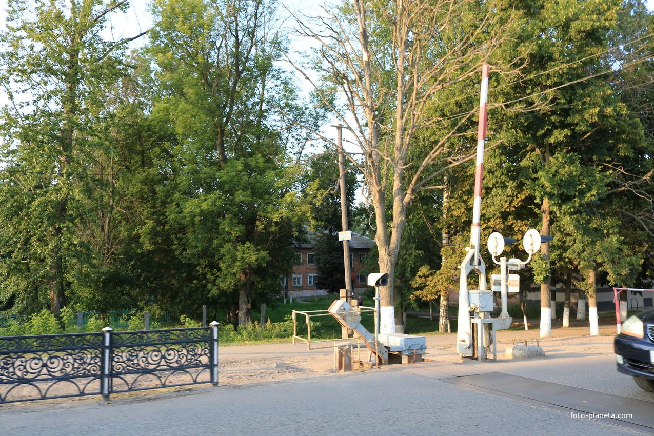 Октябрьская улица, ЖД переезд