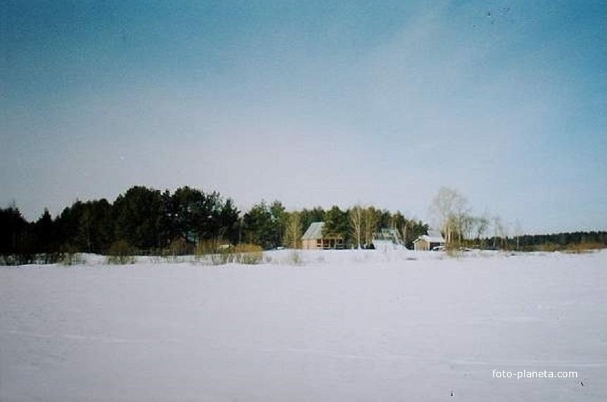 """Вид с озера Свято на охотобазу """"Коренец"""". Март 2003г."""