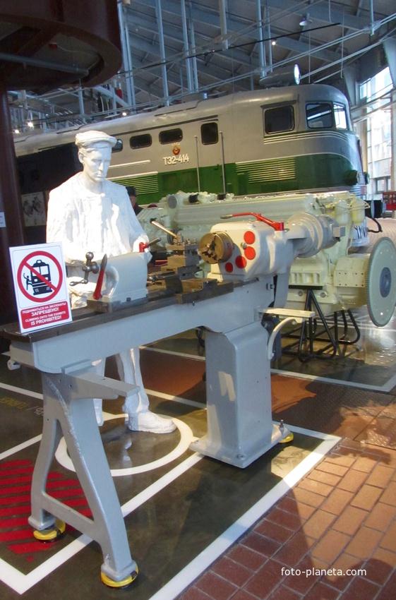 Музей железных дорог России. Скульптура рабочего в ремонтной зоне