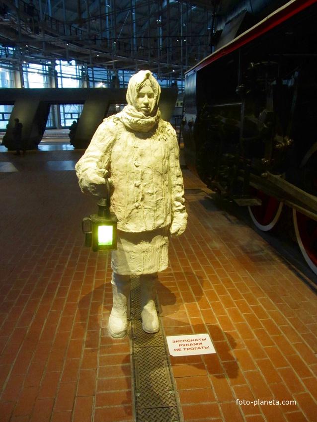 Скульптура дежурной по переезду | Музей железных дорог России