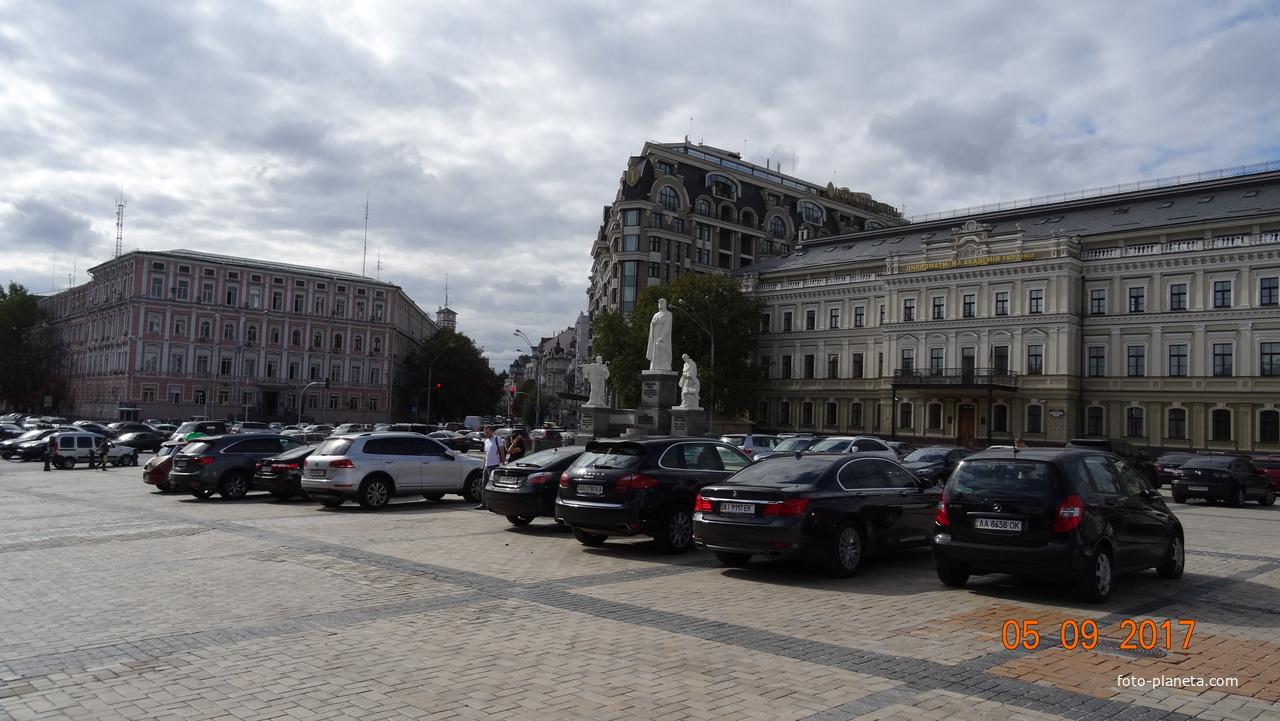Площадь Михайловская. Памятник княгине Ольге