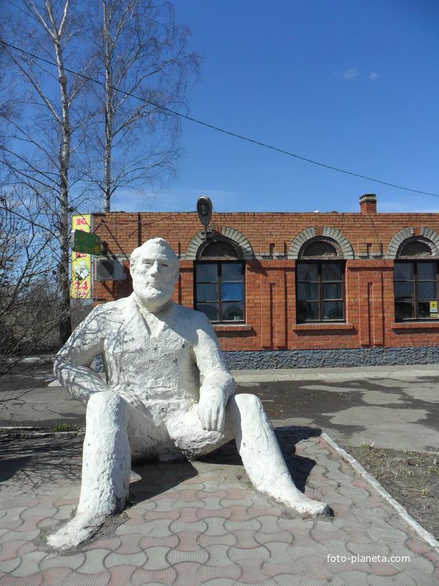 Сасово, южный въезд в город, памятник Эрнесту Хемингуэю