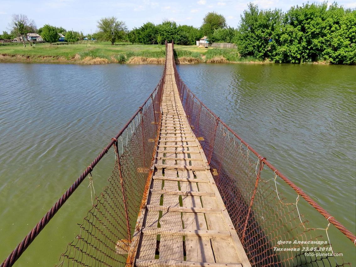 Кананый пешеходный мост чрезреку Аксинец
